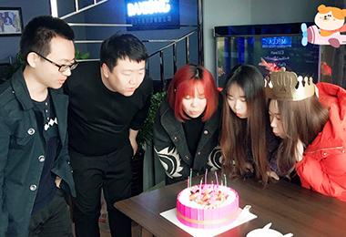 公司为每一位员工举行生日party